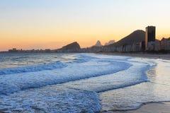 Copacabana wyrzucać na brzeg, halny Vidigal, Pedra da Gavea, morze w sunse Obrazy Royalty Free