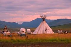 Copain contre le contexte des montagnes des Monts Oural polaires, matin Yama image stock