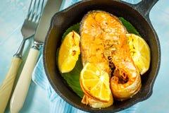 Copain cuit au four avec le citron images stock