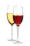 Copas con el vino blanco y rojo aislado en blanco Fotos de archivo libres de regalías