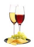 Copas con el vino blanco y rojo y el queso Imagen de archivo libre de regalías
