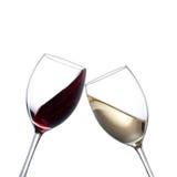 Copas de vino blancas y rojas fotografía de archivo