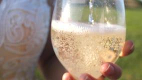 Copas de vino chispeantes de colada de la botella en las copas de vino transparentes Primer Trabajo en equipo de un par cariñoso almacen de video