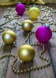 Copas de vino con champán en un fondo de las velas de la Navidad Fotografía de archivo libre de regalías