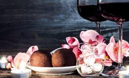 Copas de vino con champán y la orquídea Foto de archivo libre de regalías