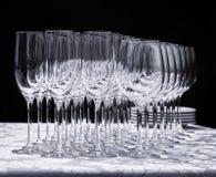 Copas de vino con las placas en la tabla Imágenes de archivo libres de regalías