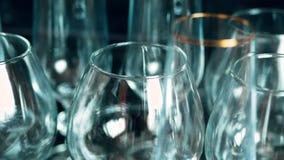 copas de vino de cristal vacías la cámara se mueve de izquierda a derecha primer metrajes