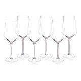 Copas de vino cristalinas costosas en el fondo blanco Foto de archivo