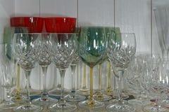 Copas de vino cristalinas de diversos formas y tamaños fotografía de archivo libre de regalías