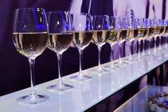 Copas de vino del blanco del partido foto de archivo