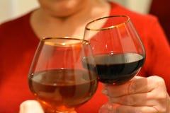 Copas de vino del tintineo en día de fiesta de las manos imagen de archivo libre de regalías