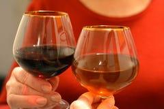 Copas de vino del tintineo en día de fiesta de las manos fotografía de archivo libre de regalías
