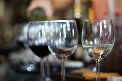Copas de vino en café Fotografía de archivo libre de regalías