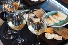 Copas de vino en café Fotos de archivo