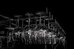 Copas de vino en el escaparate Fotos de archivo