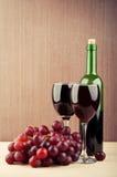 Copas de vino en el vector Imagen de archivo libre de regalías