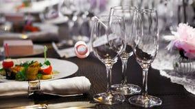 Copas de vino en la tabla cubierta Fotografía de archivo libre de regalías