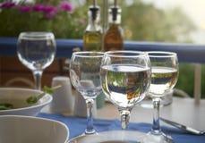 Copas de vino en la tabla del restaurante Fotografía de archivo libre de regalías