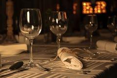 Copas de vino en la tabla servida en restaurante Imágenes de archivo libres de regalías