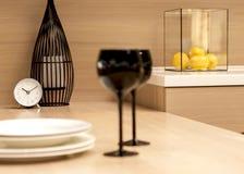 Copas de vino en negro, reloj, limones Imagen de archivo libre de regalías