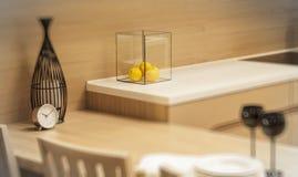 Copas de vino en negro, reloj, limones Fotografía de archivo libre de regalías