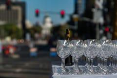 Copas de vino en tráfico Foto de archivo