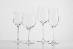 Copas de vino en un fondo ligero Fotos de archivo libres de regalías