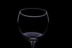 Copas de vino en un fondo negro, silueta, minimalismo Foto de archivo libre de regalías
