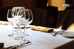Copas de vino en un vector Fotos de archivo libres de regalías