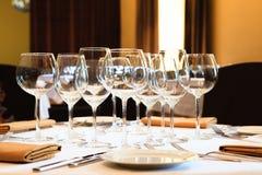 Copas de vino en un vector Fotografía de archivo libre de regalías