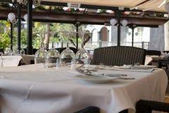 Copas de vino en una tabla en un restaurante Imagenes de archivo