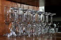 Copas de vino enfocadas en un estante de madera en un restaurante Foto de archivo libre de regalías