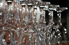 Copas de vino enfocadas en un estante de madera en un restaurante Fotografía de archivo libre de regalías
