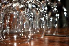 Copas de vino enfocadas en un estante de madera en un restaurante Fotos de archivo libres de regalías