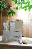 Copas de vino, invitación de boda con las cintas y una invitación a la tabla Imagenes de archivo