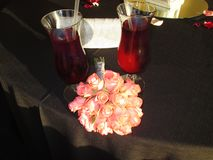 Copas de vino de las flores del farwell de la matriz foto de archivo libre de regalías