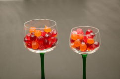 Copas de vino llenadas caramelo Imagen de archivo