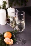 Copas de vino de Navidad, cierre para arriba, Año Nuevo y fondo de la Navidad Imagenes de archivo