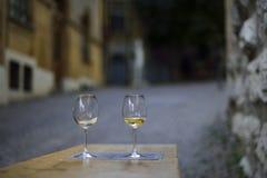 Copas de vino para dos amantes en las calles de Neuchatel Suiza Foto de archivo