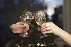 Copas de vino que tintinean fotos de archivo libres de regalías
