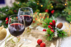 Copas de vino rojas en nieve Fotos de archivo