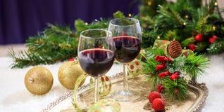 Copas de vino rojas en nieve Imagen de archivo libre de regalías