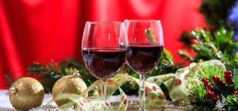 Copas de vino rojas en nieve Imágenes de archivo libres de regalías