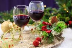Copas de vino rojas en nieve Foto de archivo libre de regalías