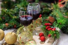 Copas de vino rojas en nieve Imagenes de archivo