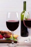 Copas de vino rojas Estante del cordero con la salsa y los verdes de la granada Imagen de archivo libre de regalías