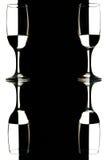 Copas de vino transparentes en el fondo blanco y negro con la reflexión Fotografía de archivo libre de regalías