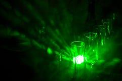 Copas de vino vacías debajo de un champán contra el fondo de luces ligeras Fotografía de archivo