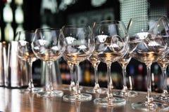 Copas de vino vacías en el fondo de la barra Fotos de archivo