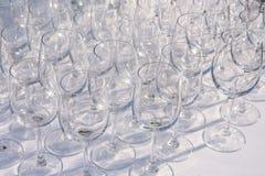 Copas de vino vacías en fila en la tabla del restaurante Imagenes de archivo